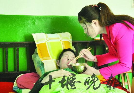 许娟每天边打工边悉心照顾瘫痪在床的父亲。