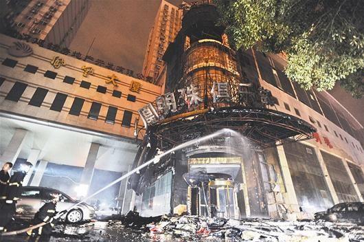 楚天都市报讯 图为:洗浴中心着火后的情形