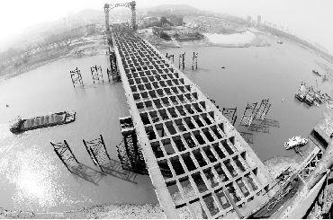 昨日,江汉六桥成功顶推。本报记者 王筝 摄