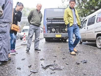 楚天都市报讯 图为:炸裂的公交车零件散落在街头