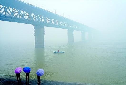 图为:雾锁大江。