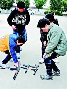 图为:许多男孩都喜欢玩玩具枪 CFP图