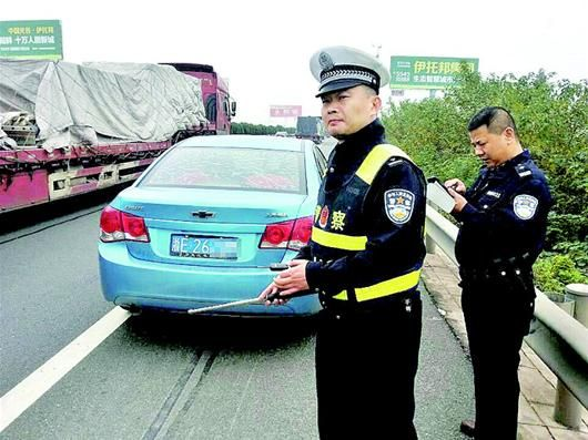 楚天都市报讯 图为:嫌疑人驾驶的车辆被截停