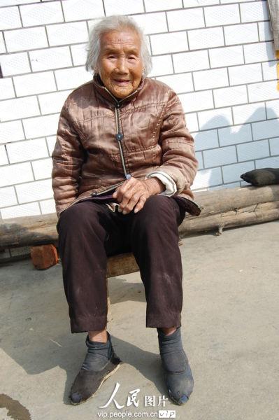 云梦县倒店乡三杨村102岁的陈秀英老人。陈保忠/人民图片