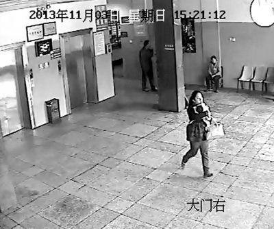 医院监控记录下的女子抱走男婴画面。《楚天都市报》供图