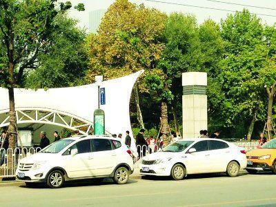 昨日,地铁2号线中山公园站外,出租车位被其他社会车辆挤占。记者苗剑摄