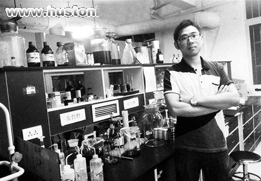 图为:张哲野在实验室(资料图片)