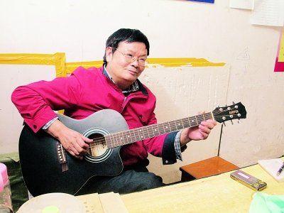 吉他叔吕汉武在弹吉他 通讯员姜慧玲 摄
