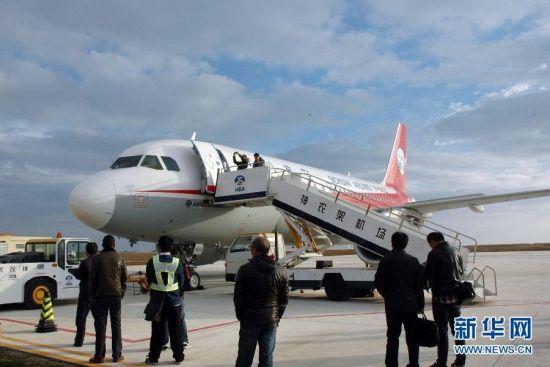 11月7日,一架飞机停在湖北神农架机场准备试飞。