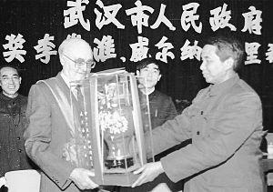 """1985年1月25日,武汉柴油机厂的""""洋厂长""""格里希(左)获得武汉市政府嘉奖。图为时任武汉市市长吴官正给他颁奖(资料图片)。赵复 摄"""