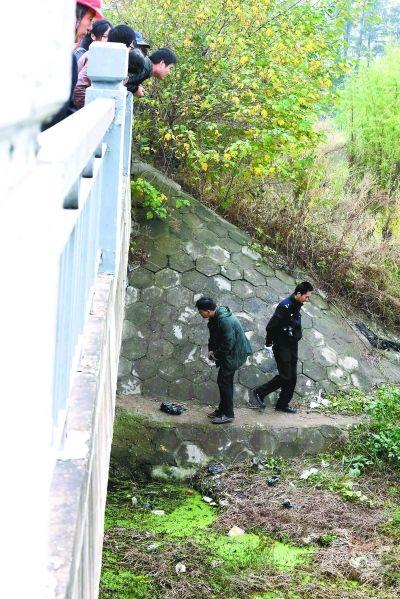 民警正在勘查现场。记者杨涛 摄
