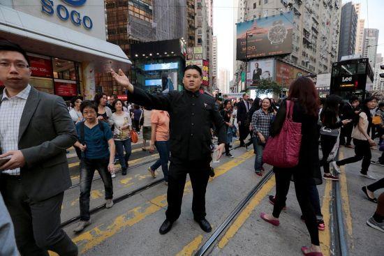 34岁的Howard在香港街头模仿朝鲜领导人金正恩。