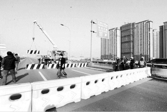 图为:三环线西段汪家嘴立交改造工程昨日开始,部分路段实行封闭管制 (记者程平摄)