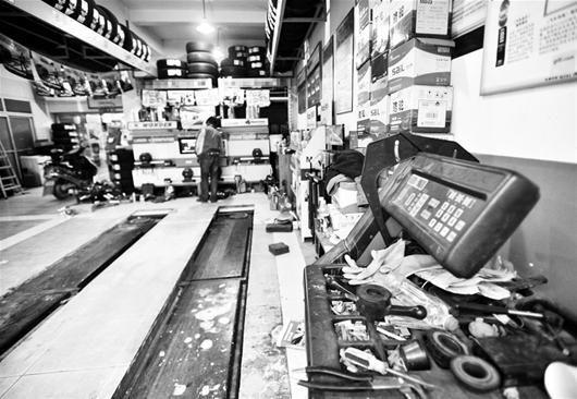 楚天金报讯 图为:江城一些专业汽修店生意大不如前