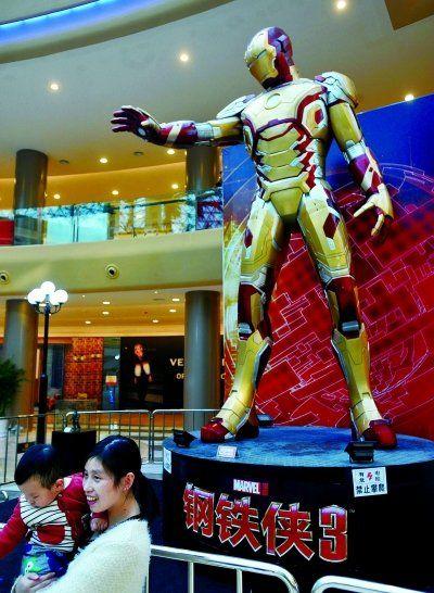 江城展出全世界唯一6米高巨型钢铁侠雕像