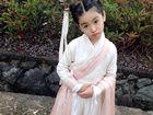 童年小龙女演员超萌生活照曝光 可爱似洋娃娃