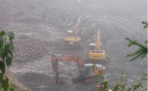 非法开采铁矿现场。通讯员 立新 摄