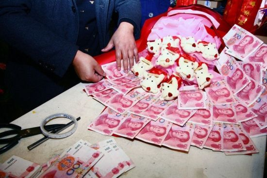 """扬州""""土豪""""订制万元人民币花束求婚"""