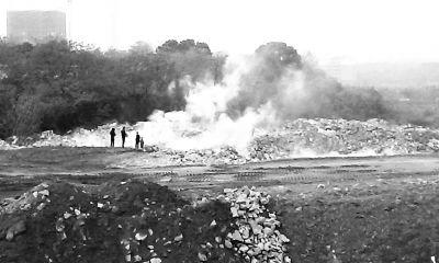 垃圾燃烧时冒出大量青烟。