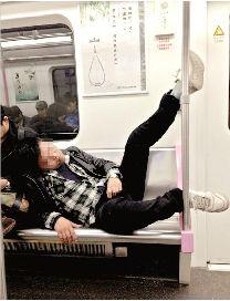 男子在地铁上