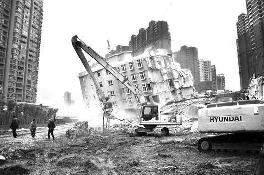 图为:二郎庙污水处理厂内违建拆除现场 (记者彭岚摄)