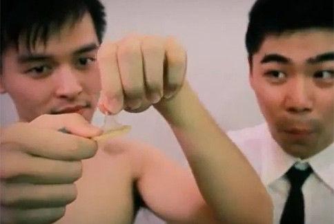 台湾艾滋病感染以男男性行为居多,新北市卫生局呼吁预防AIDS,应全程戴保险套。