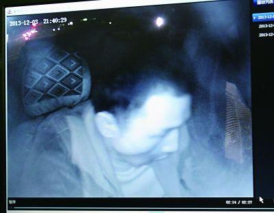 嫌犯进入的士准备进行抢劫时的镜头(视频截图)。 本版摄影记者石一