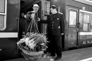 菜农坐着火车到异地卖菜很方便