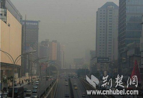 图为:昨日下午2时许,摄于洪山街道口 记者李辉摄