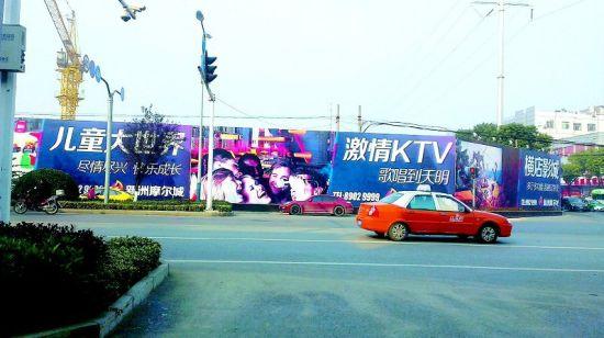 图为:案发地点在儿童大世界和KTV广告牌中间