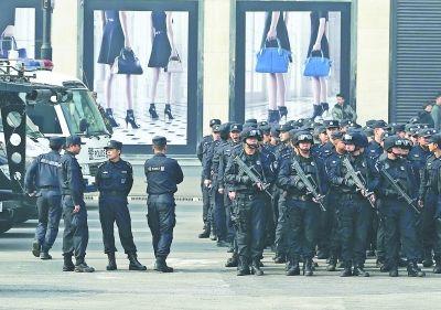 昨天上午,武警在武汉国际广场附近演习。记者王翮 摄
