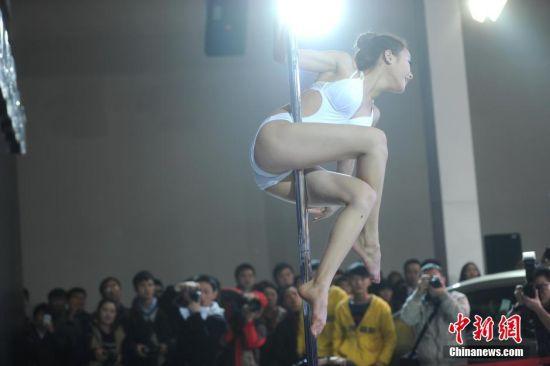 重庆车展美女车模跳钢管舞吸引观众