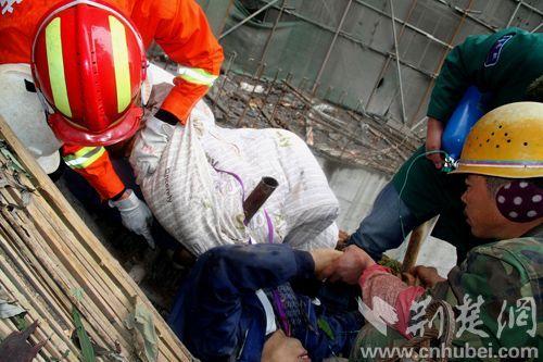 消防、医护人员正在现场进行救援。