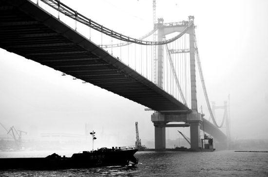 图为:鹦鹉洲大桥主跨已合龙 (记者曹大鹏摄)
