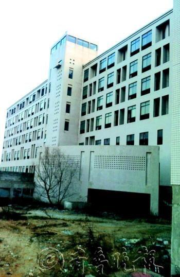 事发地点位于烟大校园东南角一处烂尾楼。 记者 李大鹏 摄