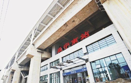 图为:咸宁南站站台建在站房上。