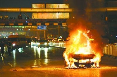 轿车自燃烧成骨架