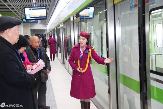 12月24日下午,新浪湖北小编与不少前来体验的老年乘客,试乘武汉地铁4号线一期。