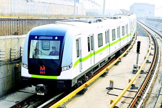 图为:武汉地铁4号线芳草绿列车正从车库出发驶入地下。