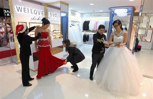 楚天金报讯 图为:一站式婚庆服务吸引了很多准新人 (记者刘大家摄)