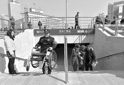 洪山广场上的地铁口。记者胡伟鸣 摄