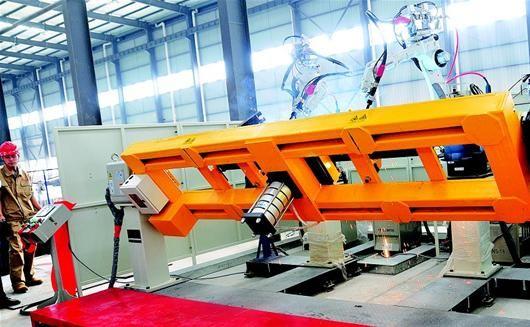图为:红安县机械设备制造公司应用工业机器人,生产效率相当于20名专业电焊工。(记者 方珞 通讯员 毛红平 摄)