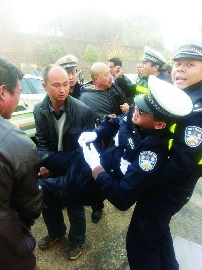 被撞协警被抬上警车送医 记者滕翔昊摄