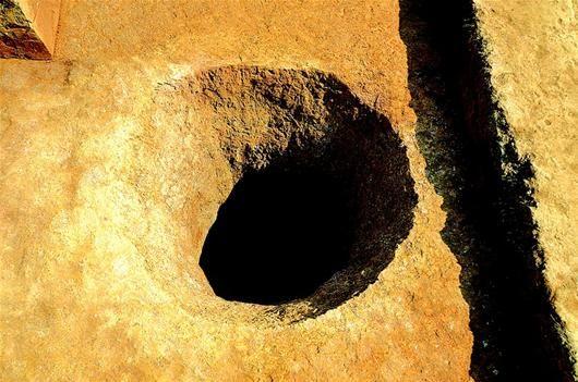 图为:岩阴山脚新发现的探矿圆井