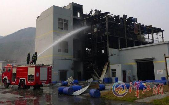 消防官兵对爆炸厂房喷水降温