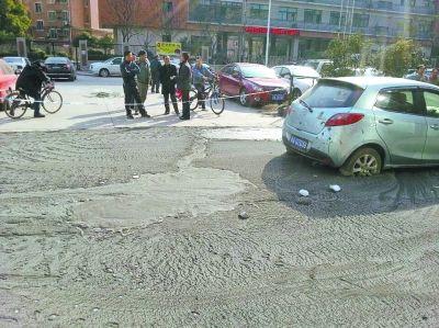 地面上满是泥浆。记者杨京 摄