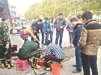 图为:消防人员正在清理死者遗物