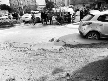 """图为:地上冒出大量的泥浆,中间圆圈处仍在""""冒泡泡"""" (记者李光正摄)"""