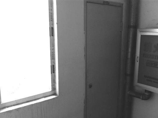 少年坠楼的窗口旁是消火栓壁柜