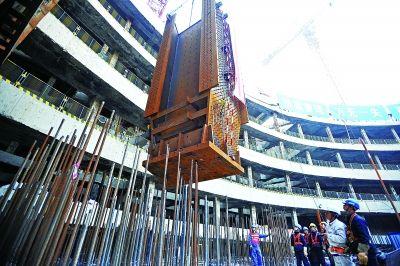 """昨天,华中第一高楼的""""定海神针""""完成吊装。记者苗剑 摄"""